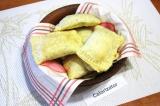Готовое блюдо: пирожки из слоеного теста с капустой