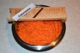 Шаг 1. Морковь помыть и очистить, мелко нарезать или натереть на специальной тер