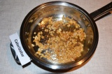 Шаг 3. Лук обжарить на сковороде, довести его до готовности и добавить перец.