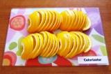 Шаг 1. Помыть апельсины и лимон, обсушить. Разрезать апельсины с кожурой пополам