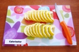Шаг 2. Также полукружками нарезать лимон, тоже с кожурой.