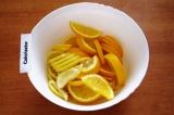 Шаг 3. Выложить нарезанные фрукты в большую емкость.