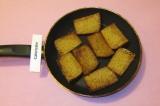 Шаг 1. Ломтики хлеба обжарить с двух сторон на растительном масле.