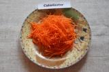 Шаг 2. Морковку почистить, помыть и натереть на терке. Можно нарезать соломкой.