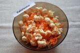 Шаг 3. Цветную капусту и морковь соединить и хорошо перемешать.