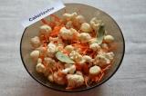 Шаг 4. К капусте и моркови добавить чеснок, лавровый лист и специи.