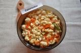 Шаг 6. Горячим маринадом залить овощи. Накрыть все крышкой и оставить до полного