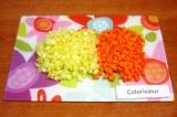 Шаг 2. Нарезать небольшими кусочками морковь и сладкий перец.