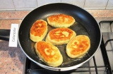 Шаг 10. Разогреть в сковороде растительное масло. Обжарить пирожки по 3 мин.