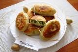 Готовое блюдо: пирожки с луком и яйцами