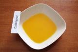 Шаг 3. Разделить яйца на желтки и белки, смешать растительное масло и желтки.