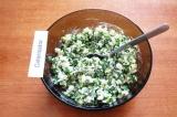 Шаг 7. Соединить мелко нарезанные яйца и зеленый лук, вареный рис. Добавить слив