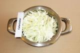 Шаг 1. В кастрюлю сложить овощную смесь, брюссельскую и белокочанную капусту.