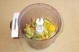 Шаг 4. Выложить овощи в блендер, добавить яйцо, соль.