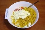 Шаг 6. Добавить майонез и хорошо перемешать салат. При подаче украсить зеленью.