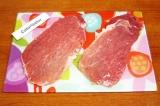 Шаг 2. Вложить каждый кусочек мяса в целлофан и хорошо отбить молотком.