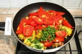 Шаг 9. Добавить помидоры и кинзу в сковороду. Тушить под крышкой еще 15-20 минут