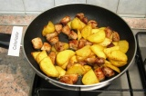 Шаг 5. Добавить к мясу картофель и жарить вместе на среднем огне 15-20 минут.