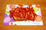 Шаг 7. Вымыть помидоры и нарезать небольшими кусочками.