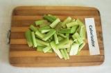 Шаг 3. Ревень помыть, почистить и порезать на тонкие полоски длиной 3-4 см.