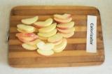 Шаг 4. Яблоки помыть, вырезать серединку и порезать дольками.