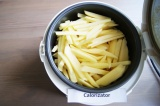Шаг 5. Дальше слоями выложить маринованные огурцы, помидоры и картофель. Налить