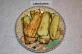 Шаг 4. Помидоры порезать на полоски; сыр натереть на крупной терке.