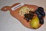 Шаг 3. Сливы и грушу помыть, нарезать кубиками.