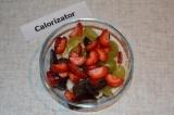 Шаг 5. Фрукты выложить в подходящую тарелку. Заправить салат йогуртом и перемеша