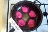 Шаг 6. Обжарить маленькие оладьи на сковороде, хорошо смазанной растительным мас