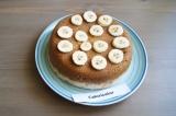 Шаг 9. Готовый тортик аккуратно вынуть из чаши и украсить бананами.