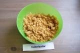 Шаг 2. Растопить масло и тщательно перемешать с печеньем.