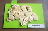 Шаг 5. Ровными аккуратными кружками нарезать бананы, часть бананов оставить для