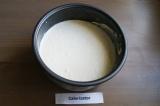 Шаг 7. Получившуюся массу аккуратно вылить на печенье. Закрыть крышку, включить