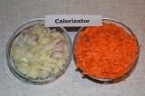 Шаг 5. Лук нарезать кубиками, морковь натереть на терке.