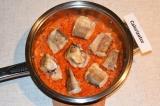 Шаг 6. Лук обжарить до золотистого цвета, добавить морковь и томатный сок. Тушит