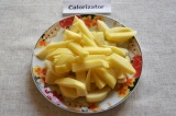 Шаг 1. Картофель помыть и порезать дольками. Добавить в кастрюлю с водой.