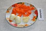 Шаг 2. Морковь почистить и нарезать кружочками. Лук нарезать полукольцами, а чес