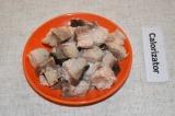 Шаг 4. Отваренную рыбу порезать на кусочки и удалить косточки.