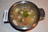 Шаг 5. В овощной бульон добавить рыбу и нарезанный зеленый лук. Посолить. Когда