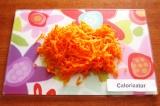 Шаг 4. Натереть на крупной терке морковь.