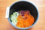 Шаг 5. Выложить мясо, лук и морковь в чашу мультиварки-скороварки.