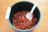Шаг 6. Добавить томатную пасту, соль и специи. Хорошо все перемешать.