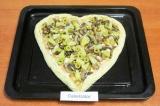 Шаг 9. Выложить на пиццу подготовленные ингредиенты, завернуть края.