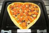 Шаг 10. Разогреть духовку до 180С. Выпекать пиццу около 10 минут, затем выложить