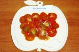 Шаг 5. Вымыть и нарезать кружками помидоры.
