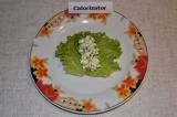 Шаг 4. Листья салата хорошо промыть и удалить хвостики. Начинку выложить по сере