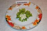 Шаг 5. Свернуть салатный листок рулетом.