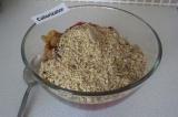 Шаг 5. Соединить все приготовленные ингредиенты в одной чаше, добавить семечки