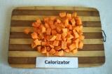 Шаг 1. Морковь помыть, почистить и нарезать кубиками.